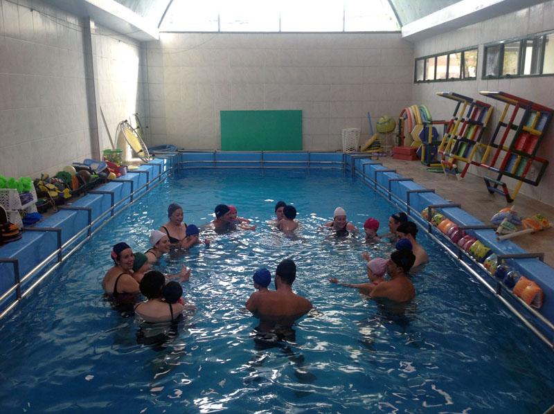 Evento interativo na piscina com crianças na semana da Páscoa